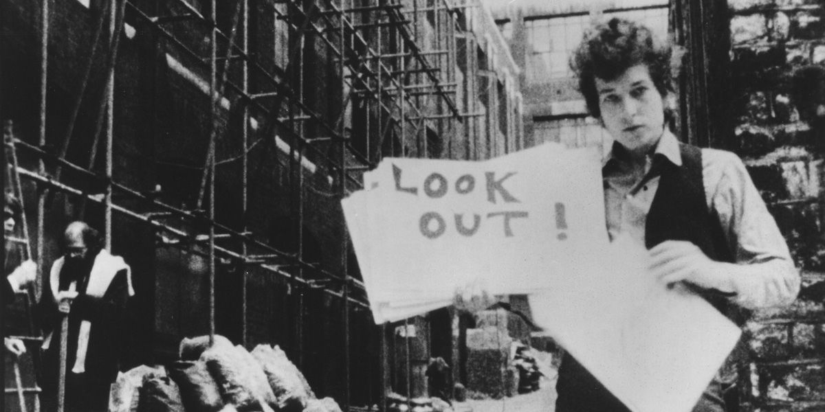 Bob Dylan holds up a sign in Don't Look Back
