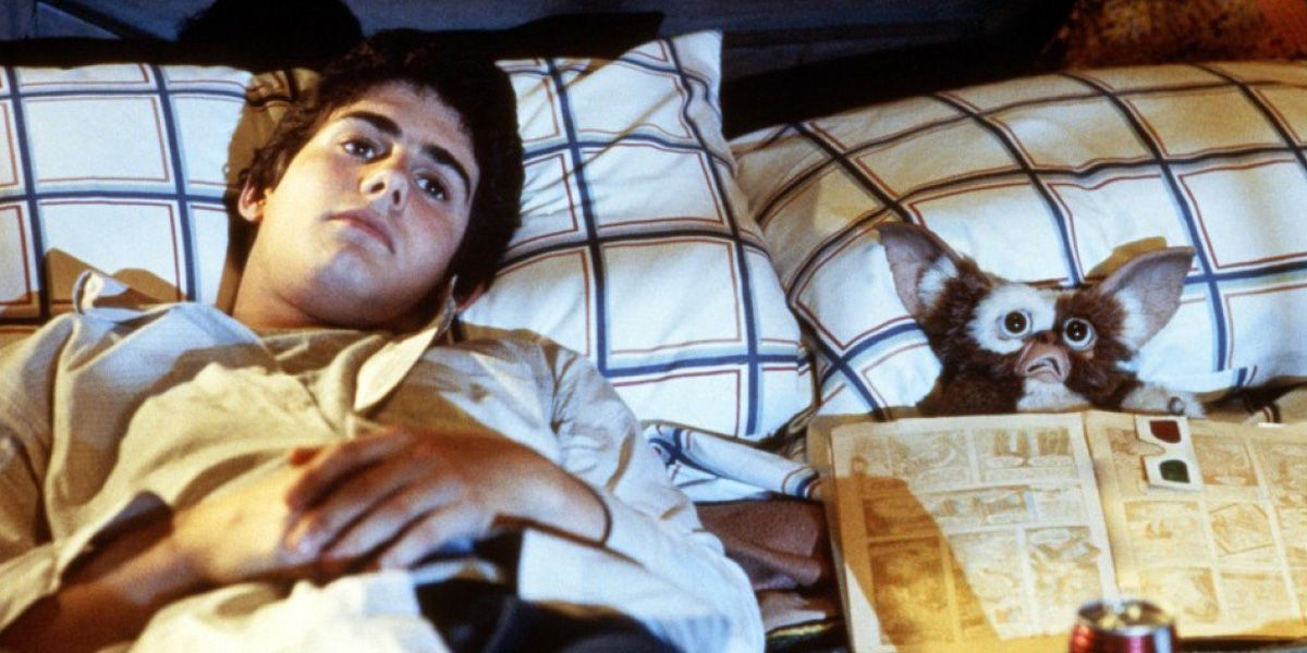 Bill (Zach Galligan) and Gizmo relax in Gremlins